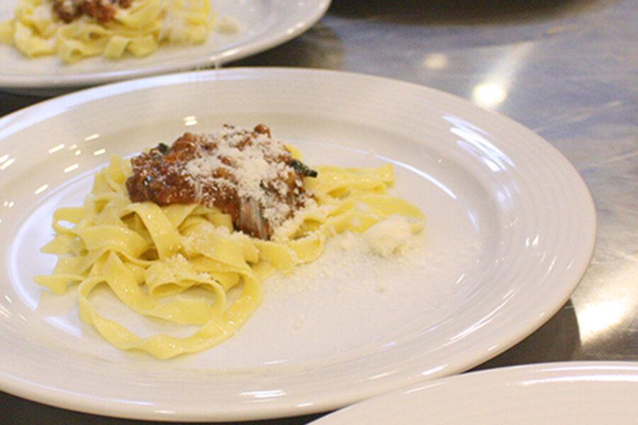 Традиционная итальянска паста болоньезе.