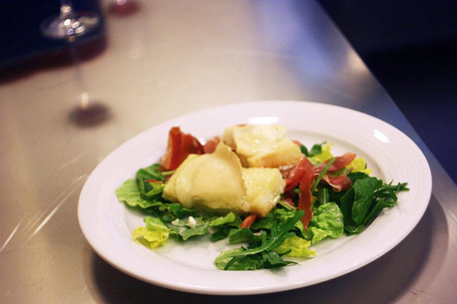 Салат с козьим сыром.