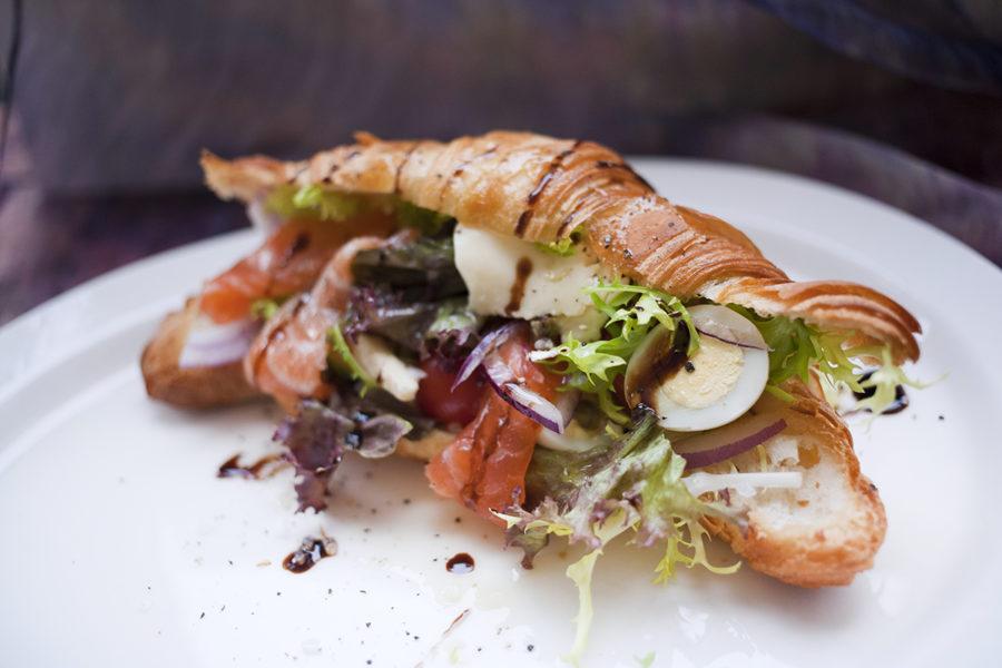 Салат с лососем в круасане