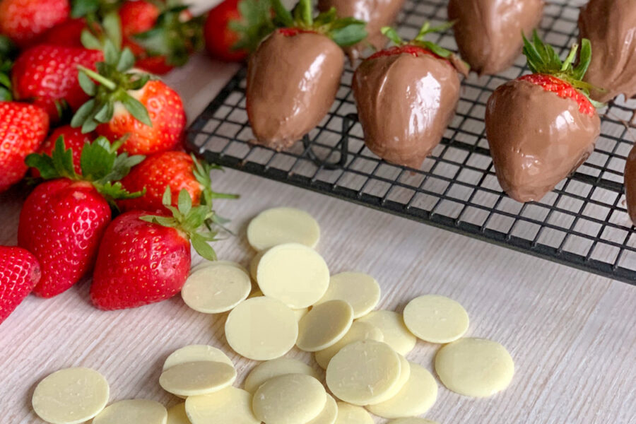 Клубника в шоколаде - красивый десерт, который можно сделать самому.