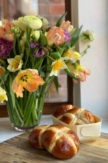 Хот кросс баны на закваске пекаря Mykola Nevrev на сайте кулинарии фуд-блогера Марии Каленской